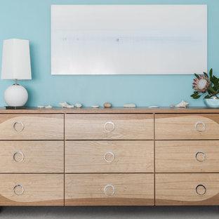 Modelo de dormitorio principal, minimalista, de tamaño medio, con paredes azules, moqueta y suelo gris