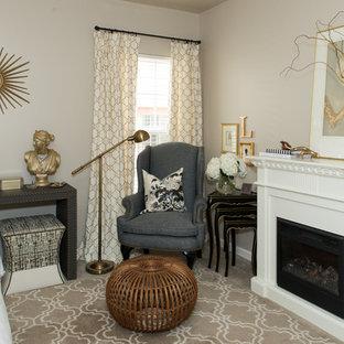 シャーロットの中サイズのトランジショナルスタイルのおしゃれな主寝室 (ベージュの壁、カーペット敷き、標準型暖炉、木材の暖炉まわり) のインテリア
