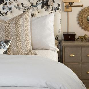 シャーロットの中サイズのトランジショナルスタイルのおしゃれな主寝室 (ベージュの壁、カーペット敷き、標準型暖炉、木材の暖炉まわり) のレイアウト