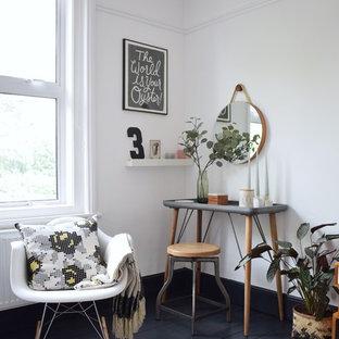 Foto de dormitorio principal, nórdico, grande, con paredes blancas, suelo de madera pintada, chimenea de doble cara, marco de chimenea de metal y suelo gris