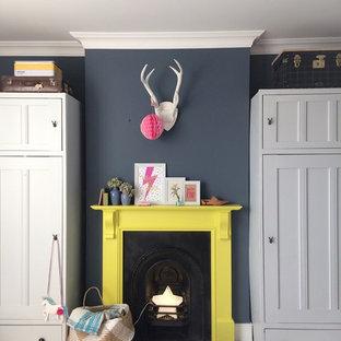 他の地域の大きいトラディショナルスタイルのおしゃれな寝室 (青い壁、塗装フローリング、標準型暖炉、木材の暖炉まわり、白い床) のレイアウト