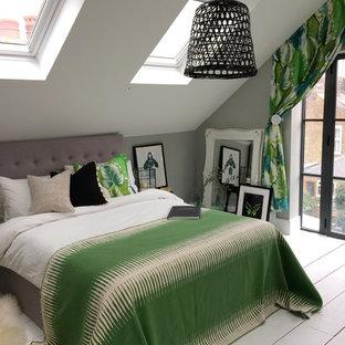 Ispirazione per una grande camera matrimoniale tropicale con pareti grigie, pavimento in legno verniciato e pavimento bianco