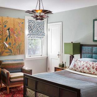 Foto di una camera degli ospiti bohémian di medie dimensioni con pareti blu, parquet chiaro e nessun camino