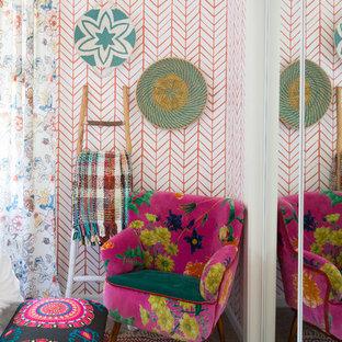 Idée de décoration pour une chambre bohème de taille moyenne avec un mur rouge.