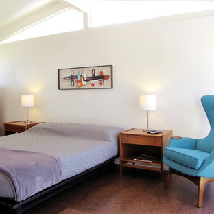 Inspiration för ett 50 tals sovrum, med vita väggar och korkgolv