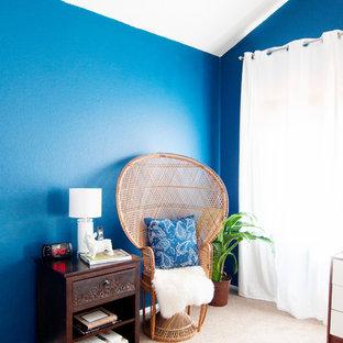 Imagen de dormitorio principal, ecléctico, de tamaño medio, con paredes azules