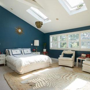На фото: хозяйские спальни в стиле современная классика с синими стенами и ковровым покрытием без камина