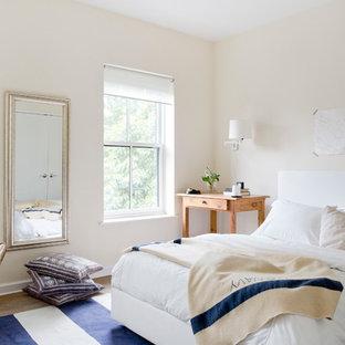 ニューヨークのコンテンポラリースタイルのおしゃれな寝室 (黄色い壁、無垢フローリング、暖炉なし)