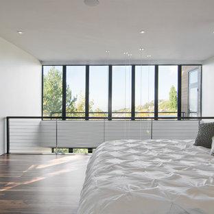 Inspiration pour une chambre minimaliste avec un mur blanc.