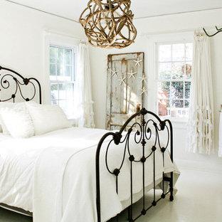 Foto på ett shabby chic-inspirerat sovrum, med vita väggar och vitt golv