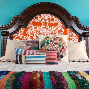 Imagen de dormitorio mediterráneo con paredes azules