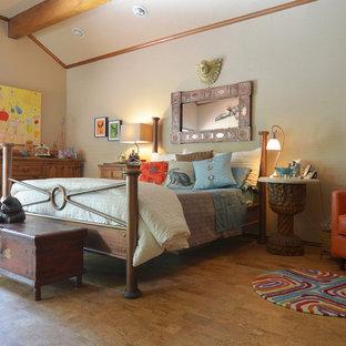 Idéer för ett eklektiskt sovrum, med korkgolv