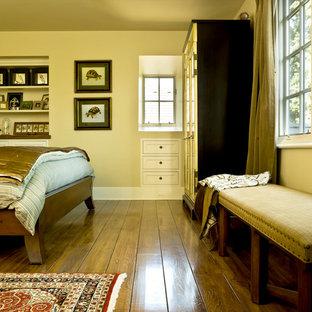 Foto de dormitorio tradicional con suelo amarillo
