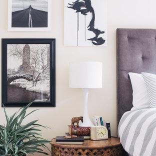Imagen de dormitorio principal, bohemio, pequeño, con paredes blancas y suelo de madera en tonos medios