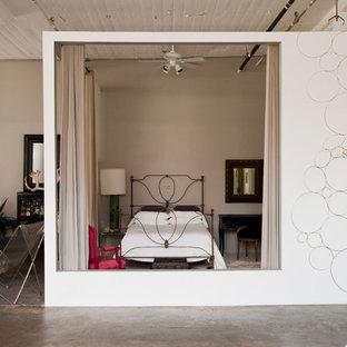 ニューヨークのインダストリアルスタイルのおしゃれな寝室 (グレーの壁、コンクリートの床、暖炉なし) のインテリア
