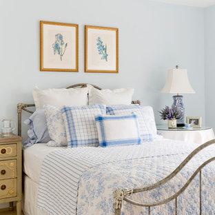 Idéer för shabby chic-inspirerade sovrum, med blå väggar