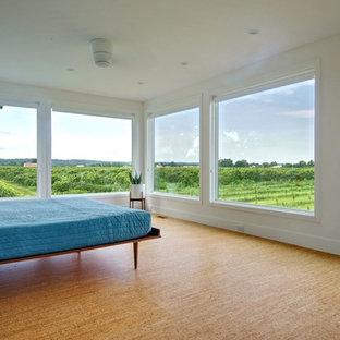 Пример оригинального дизайна: спальня в современном стиле с белыми стенами и пробковым полом