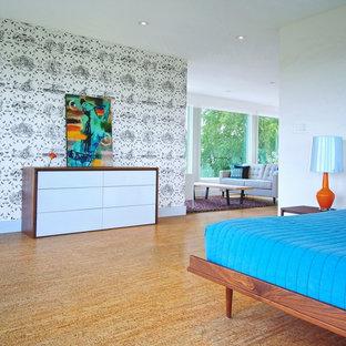 Foto di una camera da letto contemporanea con pareti multicolore e pavimento in sughero