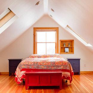 На фото: спальня на мансарде в стиле фьюжн с белыми стенами, паркетным полом среднего тона и оранжевым полом без камина с