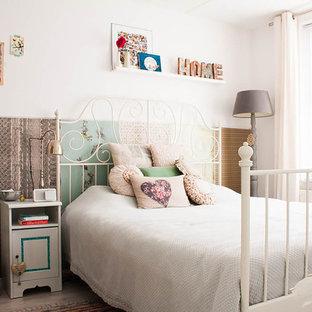 Camera da letto shabby-chic style con pareti multicolore - Foto e ...