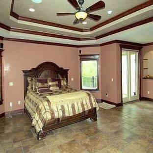 Modelo de dormitorio principal, clásico, grande, con paredes rosas, suelo de baldosas de cerámica, chimenea tradicional, marco de chimenea de metal y suelo beige