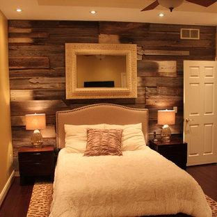 Foto de dormitorio principal, clásico renovado, de tamaño medio, sin chimenea, con paredes amarillas, suelo de bambú y suelo marrón
