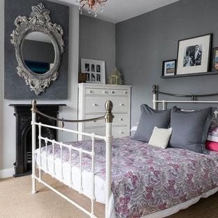 Ejemplo de dormitorio tradicional con paredes grises, moqueta y chimenea tradicional