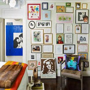 ニューヨークの中サイズのコンテンポラリースタイルのおしゃれな主寝室 (白い壁、竹フローリング) のレイアウト