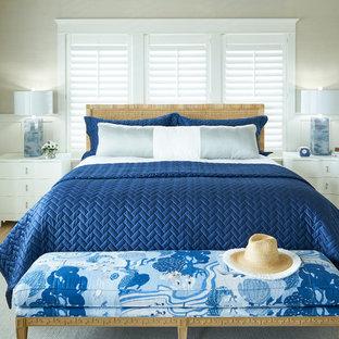 Inspiration för maritima sovrum, med beige väggar, mellanmörkt trägolv och brunt golv
