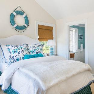 プロビデンスのビーチスタイルのおしゃれな寝室 (ベージュの壁、濃色無垢フローリング) のレイアウト