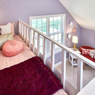 シャーロットの中サイズのトラディショナルスタイルのおしゃれな寝室 (紫の壁、カーペット敷き、ベージュの床) のレイアウト