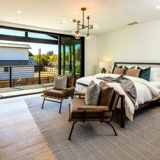 Imagen de dormitorio principal, de estilo de casa de campo, sin chimenea, con paredes blancas y suelo de madera en tonos medios