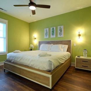 Modelo de habitación de invitados marinera, de tamaño medio, sin chimenea, con paredes verdes, suelo de madera oscura y suelo verde