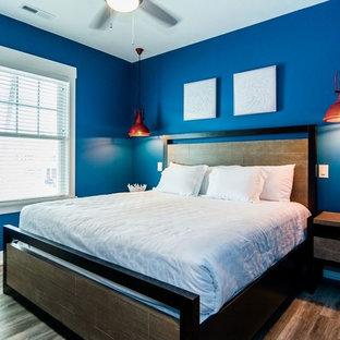 Diseño de habitación de invitados costera, pequeña, sin chimenea, con paredes azules, suelo vinílico y suelo marrón