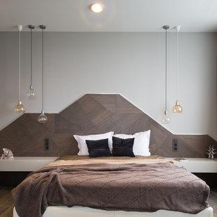 他の地域, のコンテンポラリースタイルのおしゃれな主寝室 (グレーの壁、濃色無垢フローリング、暖炉なし) のインテリア