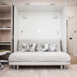 Kleines Modernes Schlafzimmer mit Vinylboden, beiger Wandfarbe und beigem Boden in London