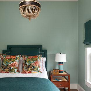 Idéer för ett maritimt sovrum, med blå väggar och mörkt trägolv