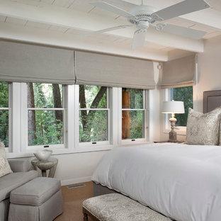 Imagen de dormitorio clásico con paredes grises