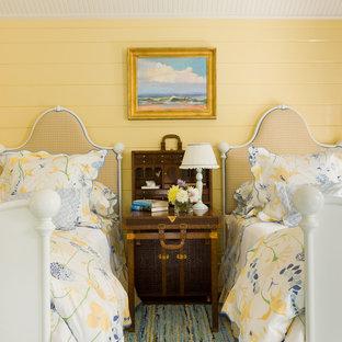 Свежая идея для дизайна: гостевая спальня в морском стиле с белыми стенами - отличное фото интерьера