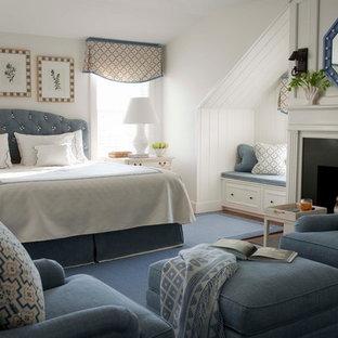 ボストンの中くらいのトラディショナルスタイルのおしゃれな主寝室 (白い壁、標準型暖炉、金属の暖炉まわり、カーペット敷き、青い床) のインテリア