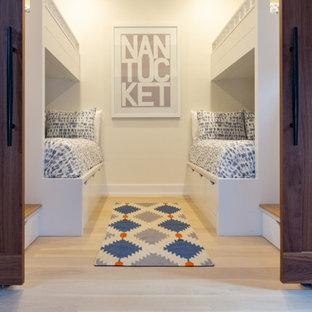 Idées déco pour une petit chambre bord de mer avec un mur blanc, un sol en bois clair et un sol beige.