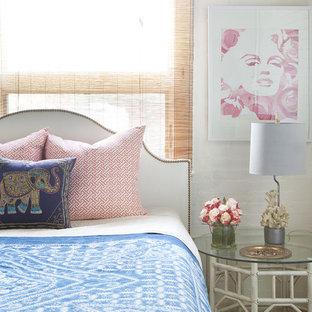 На фото: спальни в стиле фьюжн с белыми стенами и ковровым покрытием
