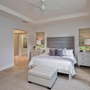 マイアミの大きいビーチスタイルのおしゃれな主寝室 (グレーの壁、磁器タイルの床)