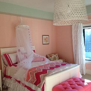 Imagen de habitación de invitados romántica, de tamaño medio, sin chimenea, con paredes rosas y moqueta