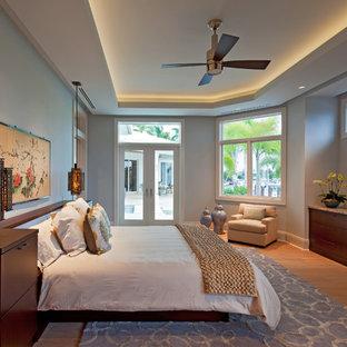 Пример оригинального дизайна: большая хозяйская спальня в современном стиле с синими стенами и светлым паркетным полом