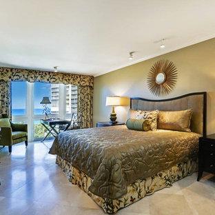 Großes Modernes Hauptschlafzimmer mit beiger Wandfarbe und Travertin in Jacksonville