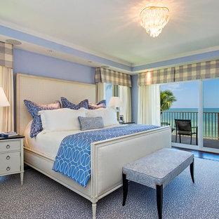 Ejemplo de dormitorio principal, exótico, grande, sin chimenea, con paredes azules, moqueta y suelo azul