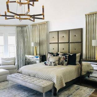 ナッシュビルのトランジショナルスタイルのおしゃれな主寝室 (白い壁、無垢フローリング、黒い床、暖炉なし、表し梁) のインテリア