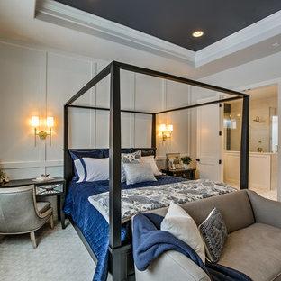 オマハのカントリー風おしゃれな主寝室 (グレーの壁、カーペット敷き、暖炉なし、グレーの床、黒い天井) のインテリア