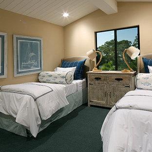 他の地域の大きいコンテンポラリースタイルのおしゃれな客用寝室 (黄色い壁、無垢フローリング、緑の床) のインテリア